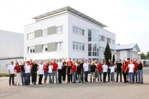 Das ist unser Fabrikle mit den Mitarbeitern vor dem Gebäude