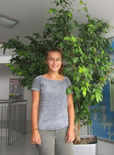 Lena ist die neue Aushilfskraft bei Technik & Logistik