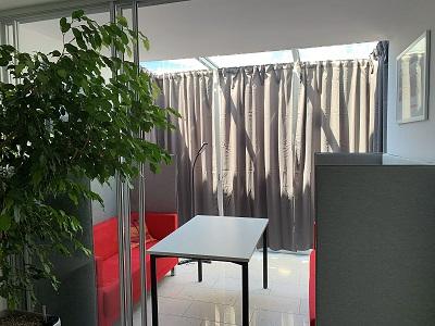 Diese Woche bekamen wir neue Vorhänge in den Besprechungsraum