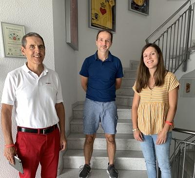 Auf dem Bild ist unsere Chef Herr Michael Koch, der Jugendleiter Herr Holger Kretzler und die Assistentin der Geschäftleitung Eva Warzecha zu sehen. Die drei stehen im Flur des Fabrikles vor der Treppe und lächeln in die Kamera.